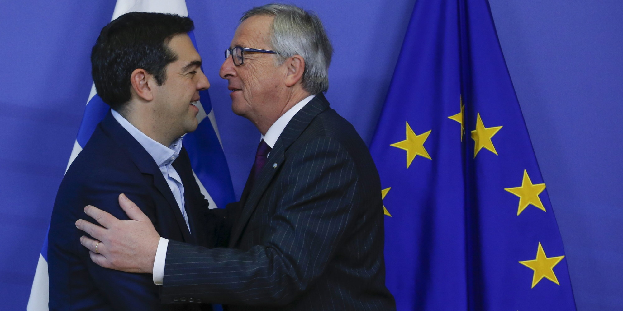epa04603076 European Commission President Jean Claude Juncker (R) welcomes Greek Prime Minister Alexis Tsipras prior to a meeting at the EU Commission headquarters in Brussels, Belgium, 04 February 2015. Greek Prime Minister Alexis Tsipras arrived in Brussels on 04 February ss part of his tour of European capitals to press their demands for debt relief. EPA/OLIVIER HOSLET +++(c) dpa - Bildfunk+++